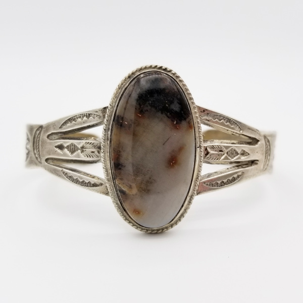 Old Pawn Jewelry - Bracelet:  Small Silver Agate Oval with Ribboned Silver border=